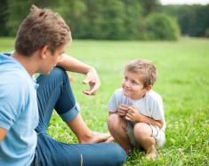 stock-photo-53949854-父親と息子が何やら会話の公園